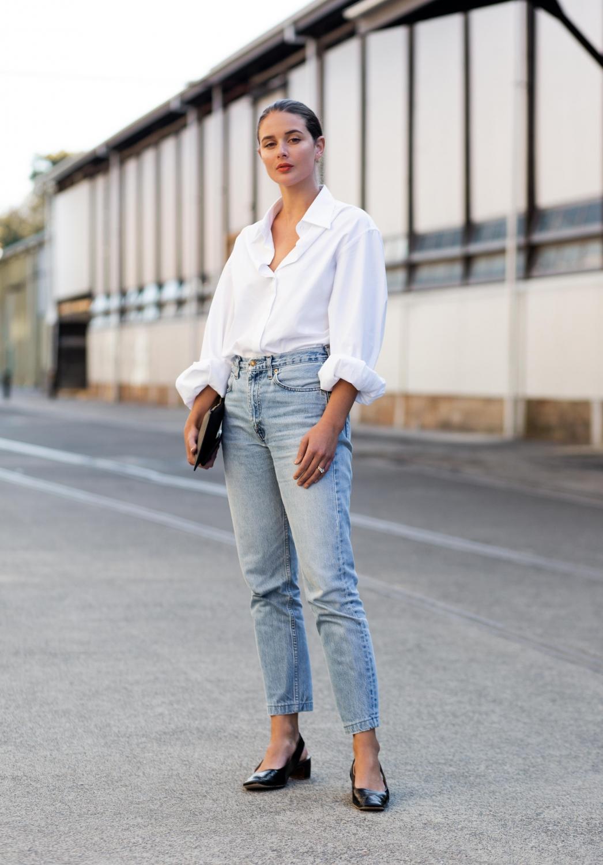 quần jeans và sơmi trắng cơ bản