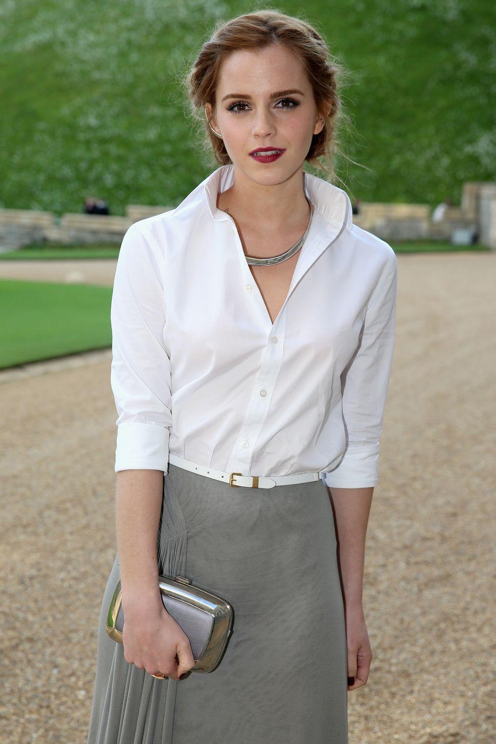 Emma Watson mặc áo sơmi trắng