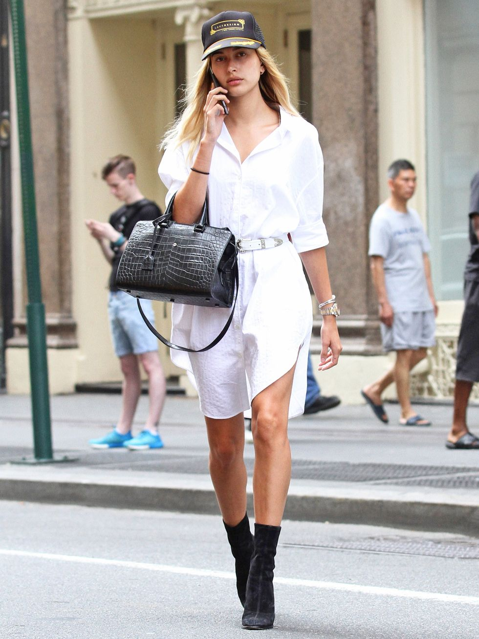 Hailey Bieber diện áo sơ mi trắng oversized