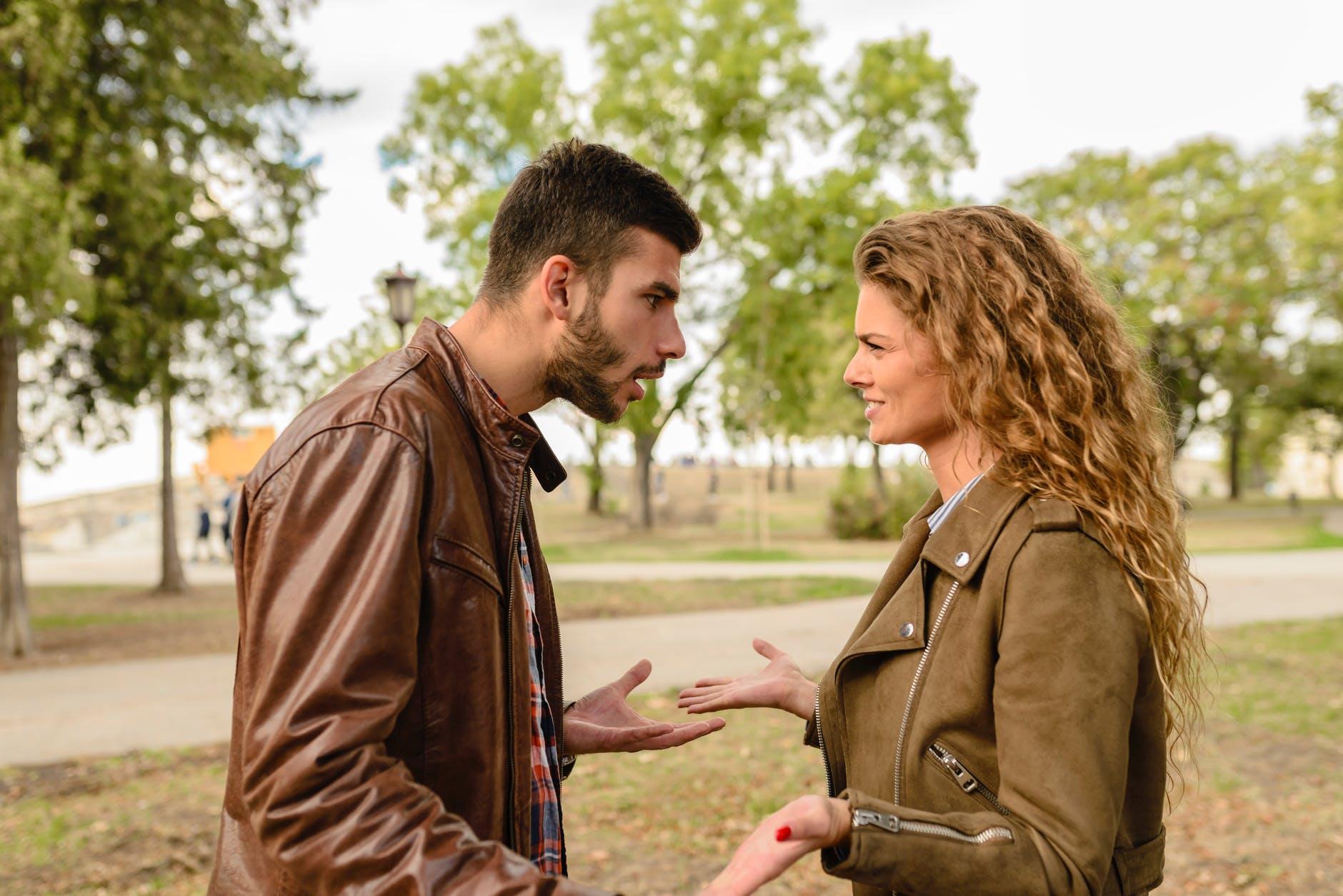 chàng trai và cô gái giao tiếp với nhau