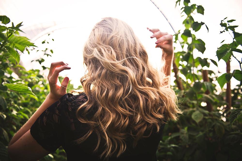 nguyên nhân gây rụng tóc và cách khắc phục cô gái tóc vàng quay lưng dưới nắng