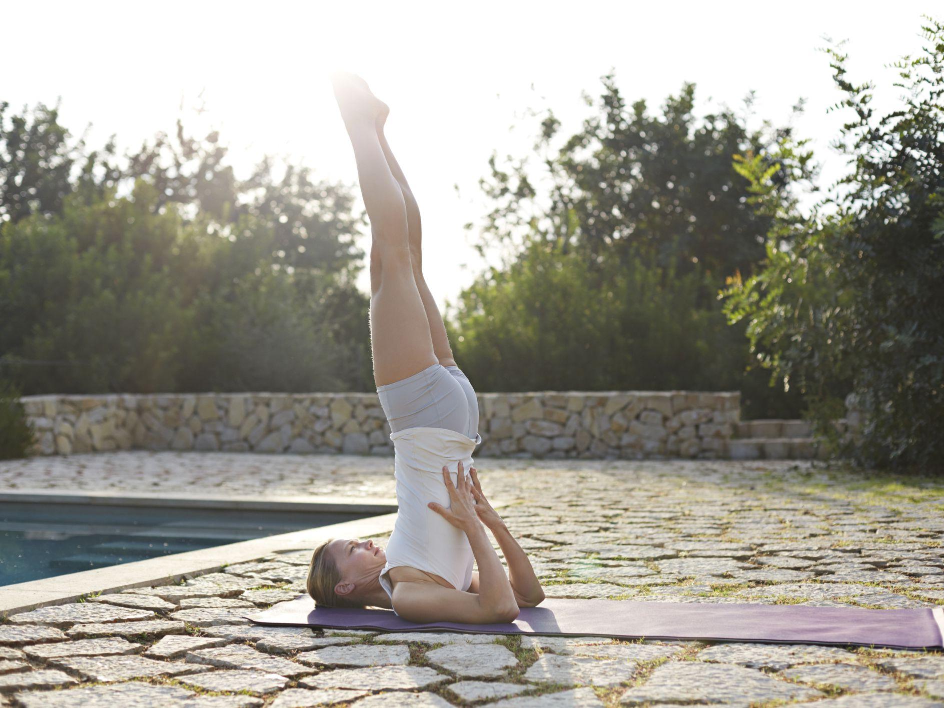 yoga for hair loss tư thế đứng bằng vai