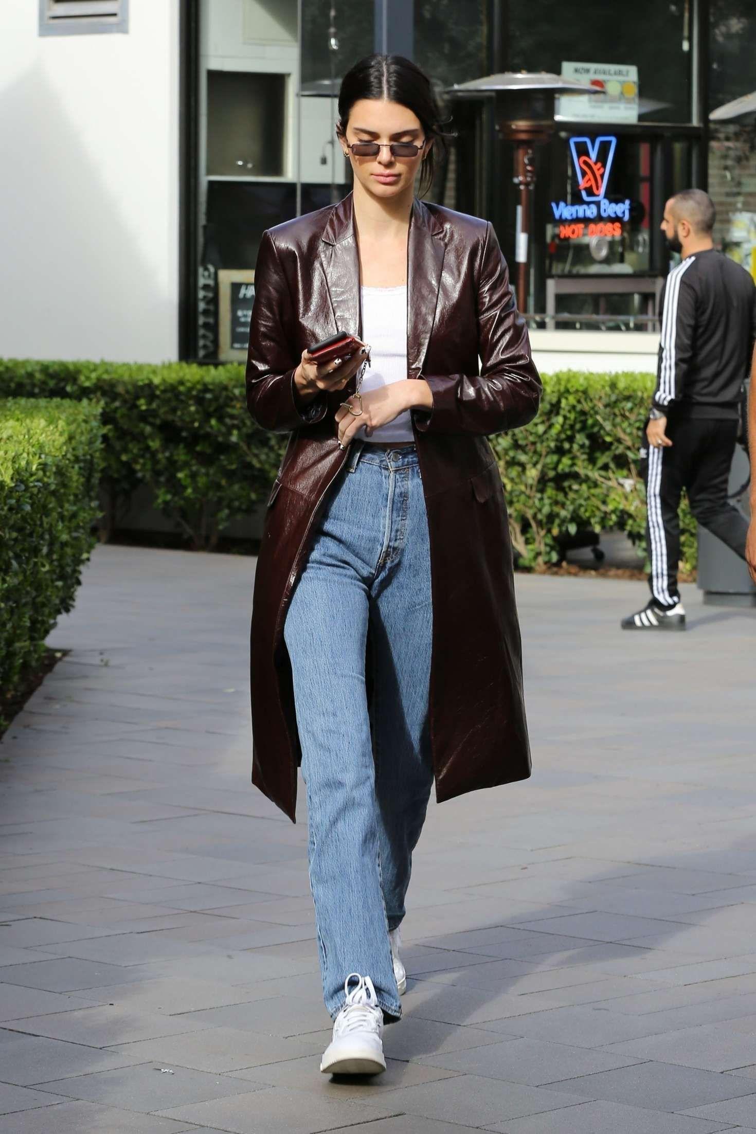 Kendall Jenner giày sneakers trắng thời trang mùa Đông