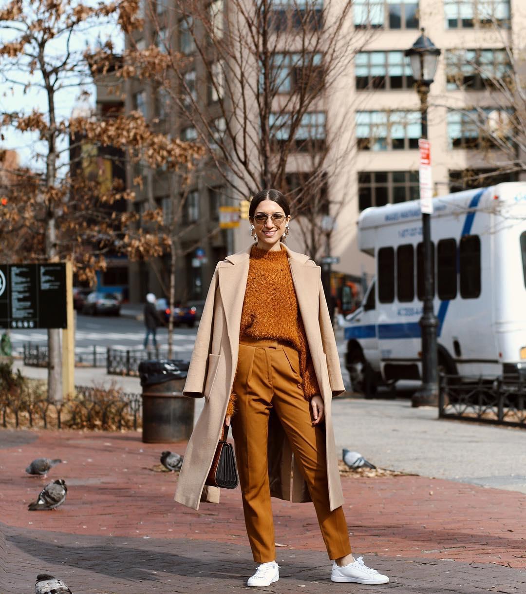 fashionista mang giày sneakers trắng và trang phục màu nâu