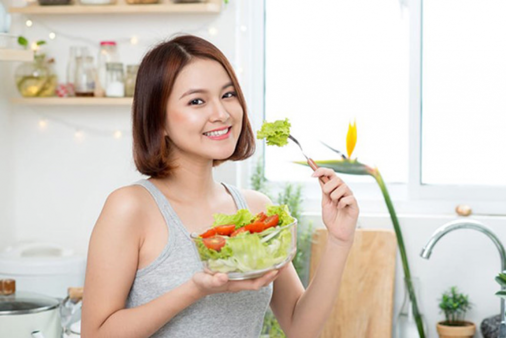 chế độ ăn uống chăm sóc môi hiệu quả