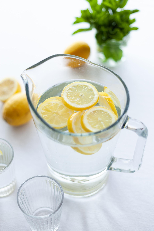 thức uống giảm triệu chứng pms nước lọc có lát chanh