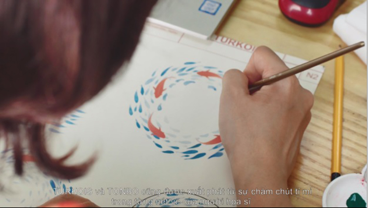 họa sĩ chăm chú trong thiết kế sản phẩm