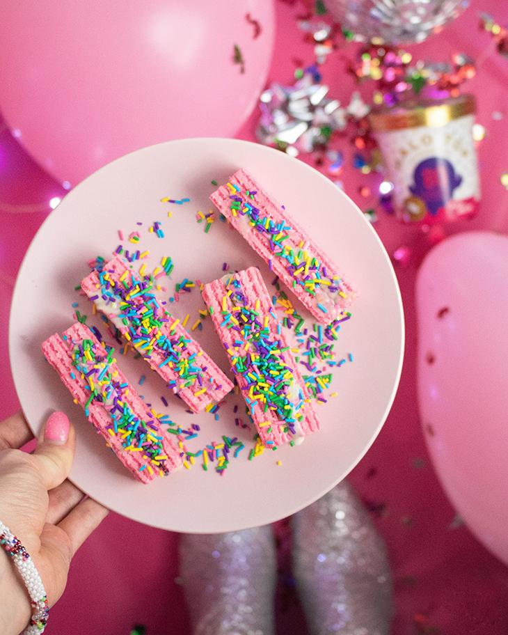 những thực phẩm gây mụn bánh đường màu hồng