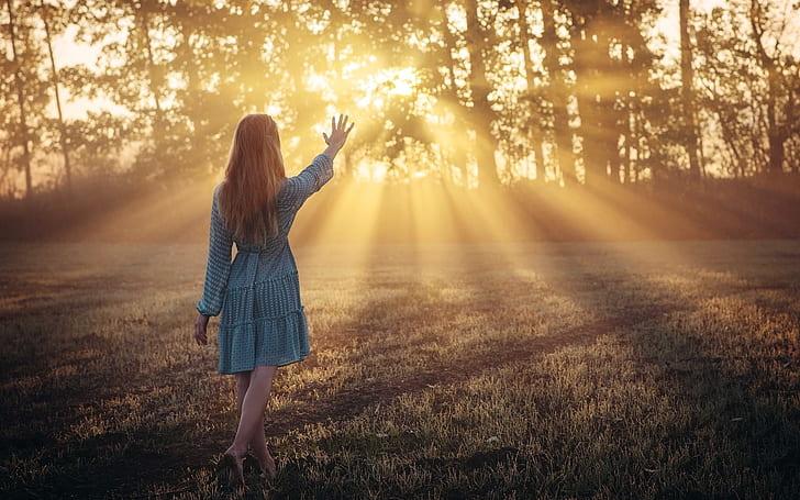 cô gái tiến về phía ánh sáng