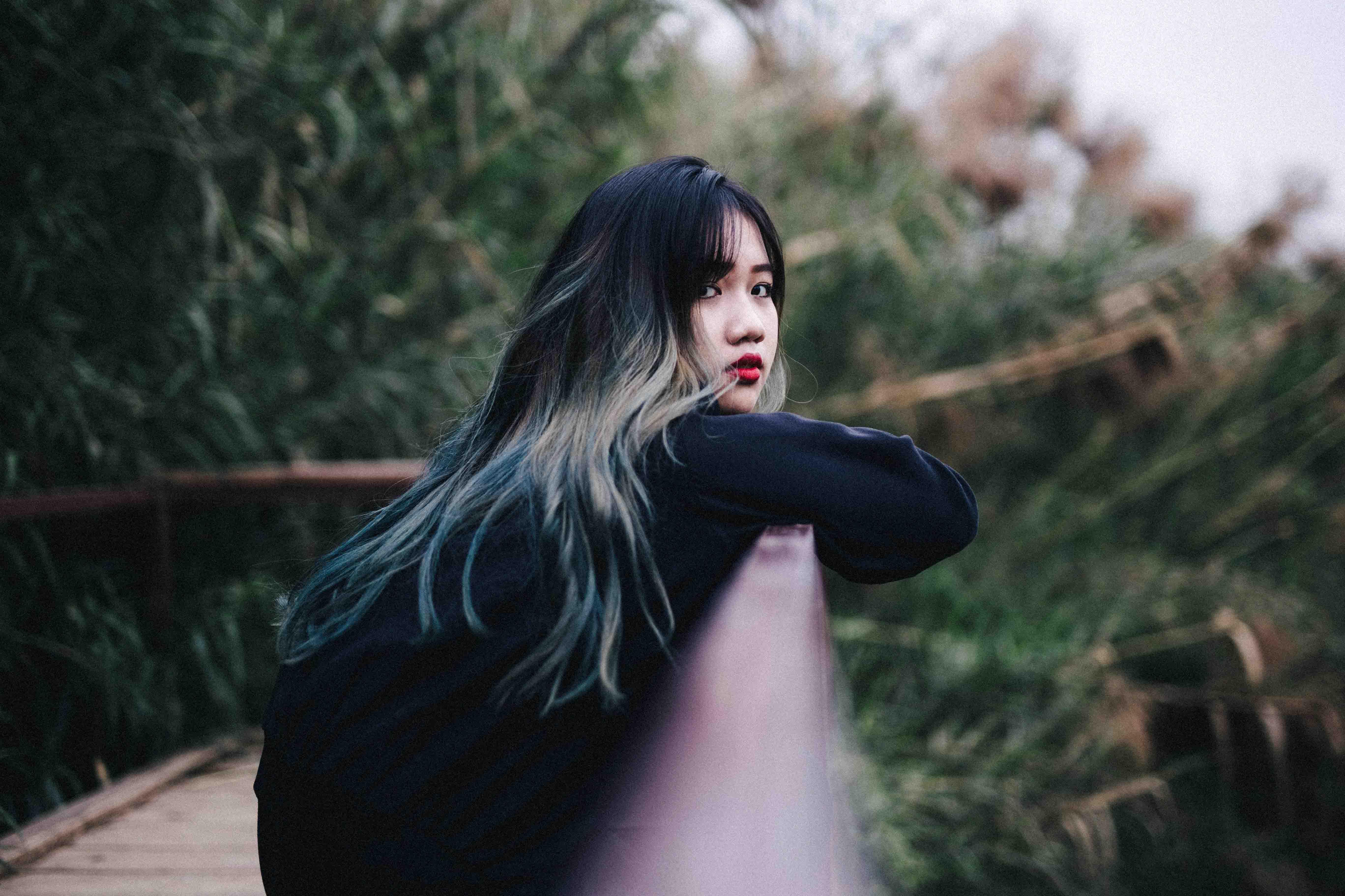 cô gái áo đen đứng cô đơn