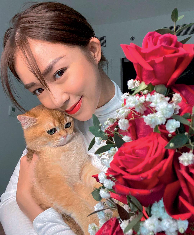 quà Giáng Sinh Salim chụp hình cùng hoa và mèo