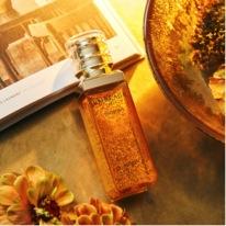 diofons chai sp tinh chất vàng nằm trên bìa tạp chí
