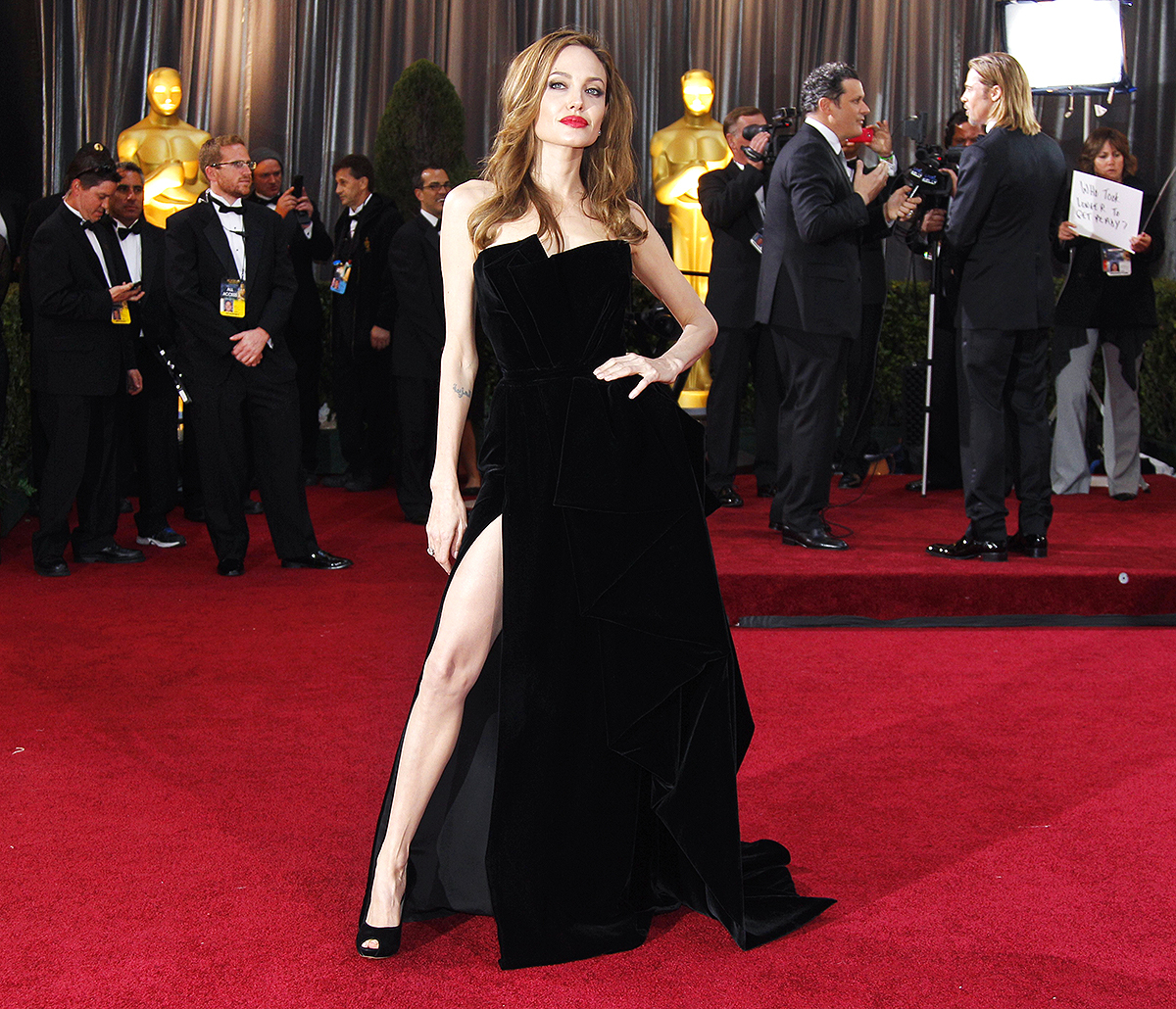 Angelina Jolie khoe chân với đầm đen thời trang thảm đỏ