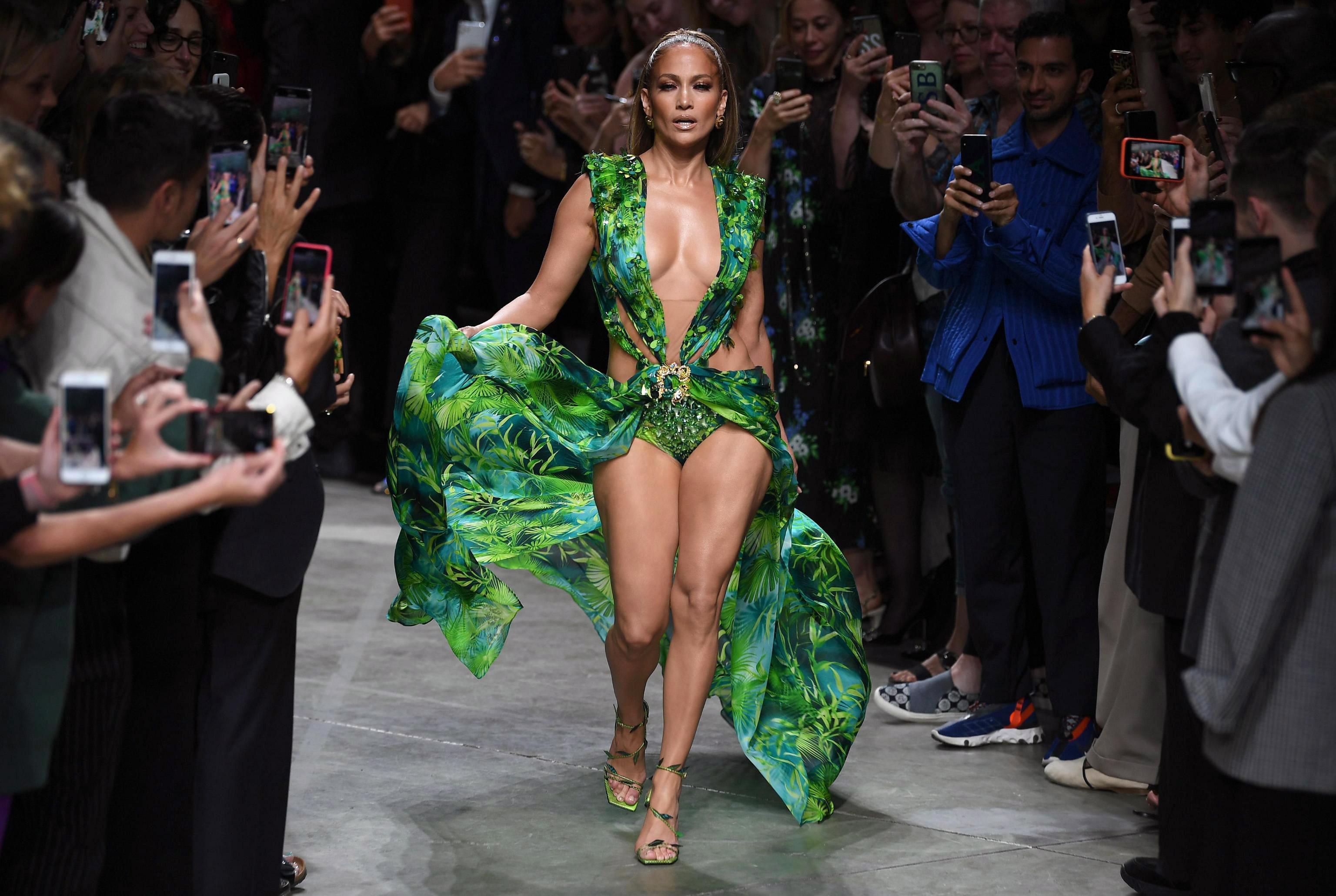Thời trang thảm đỏ Jennifer Lopez 2020