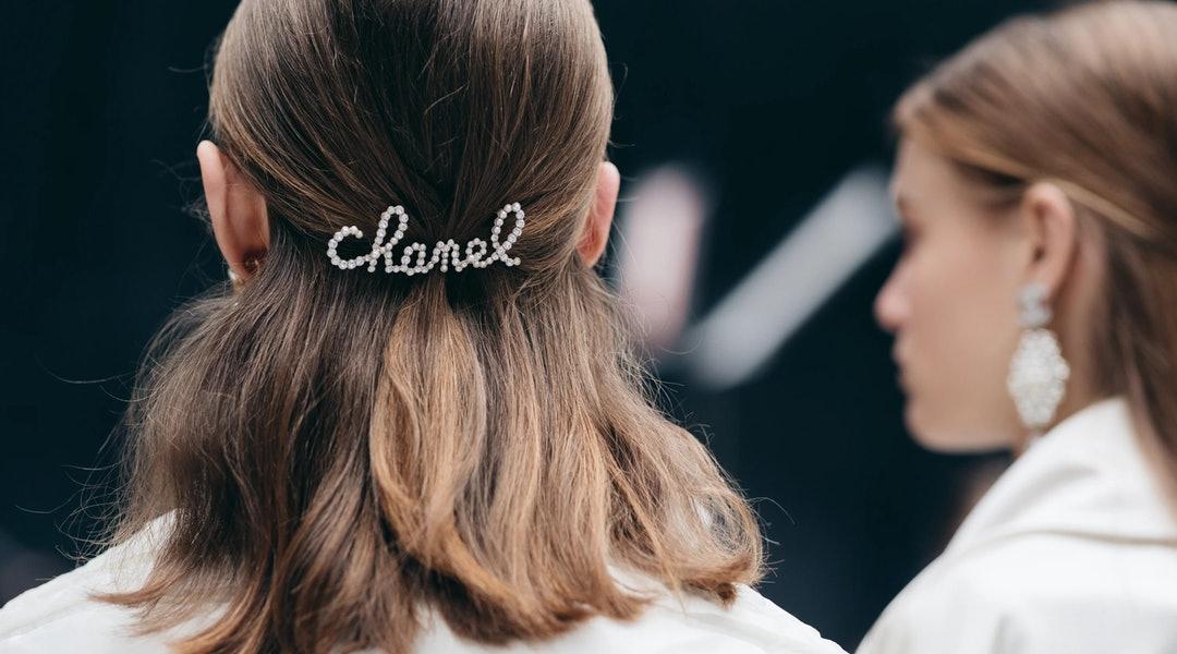 kẹp tóc ngọc trai trên sàn diễn Chanel Thu - Đông 2019