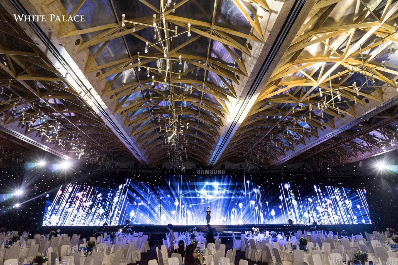Không gian sảnh tiệc tất niên được trang bị hệ thống âm thanh, ánh sáng, màn hình LED hiện đại
