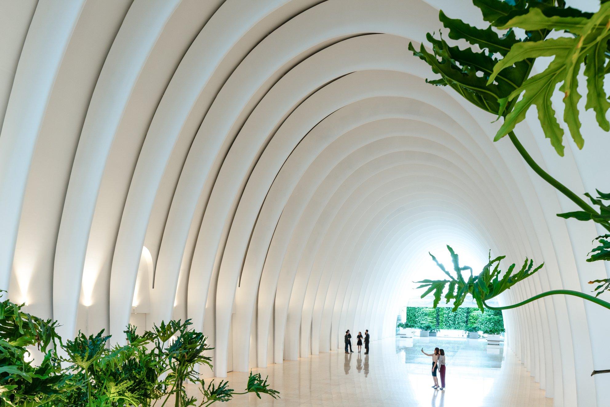 Thiết kế mái vòm vòng cung trắng muốt đan xen cùng mảng xanh thiên nhiên tại khu vực Ivory Lobby