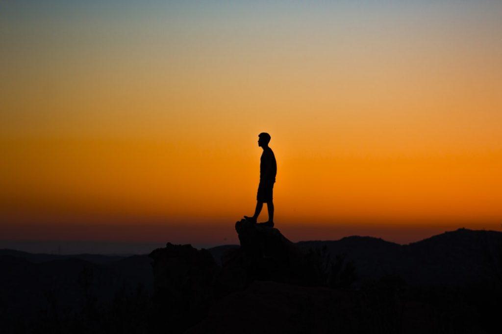 người đứng một mình trên mỏm đá
