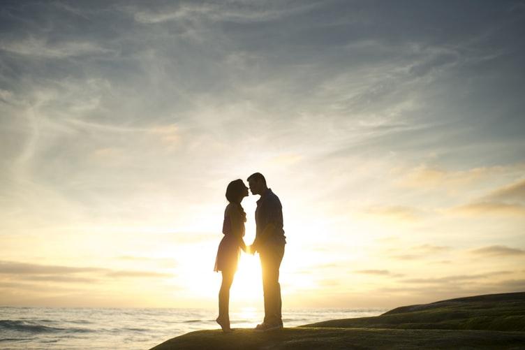 hôn nhau dưới nắng
