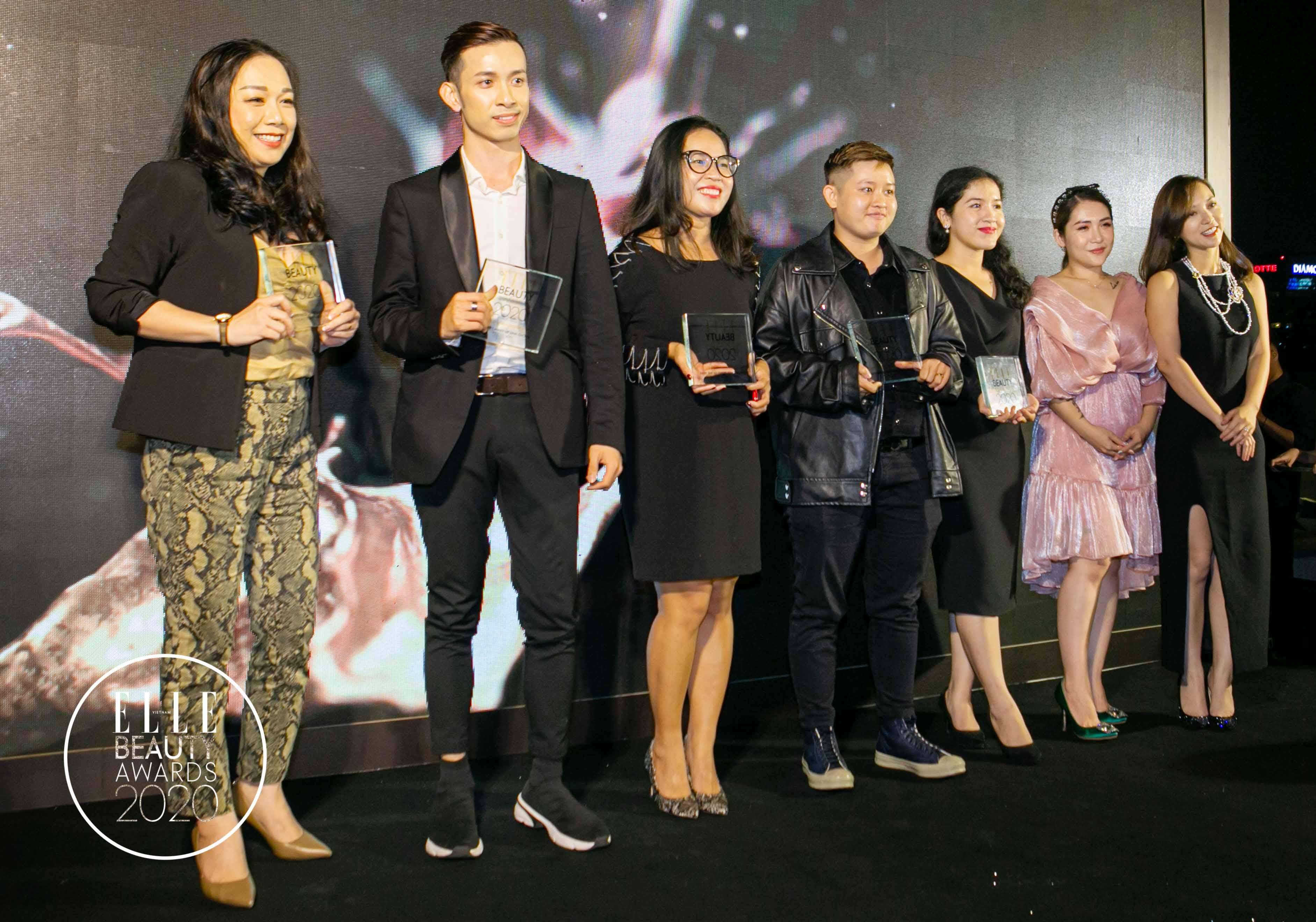 hannah nguyễn và lâm thúy nhàn trao giải bloggers' choice
