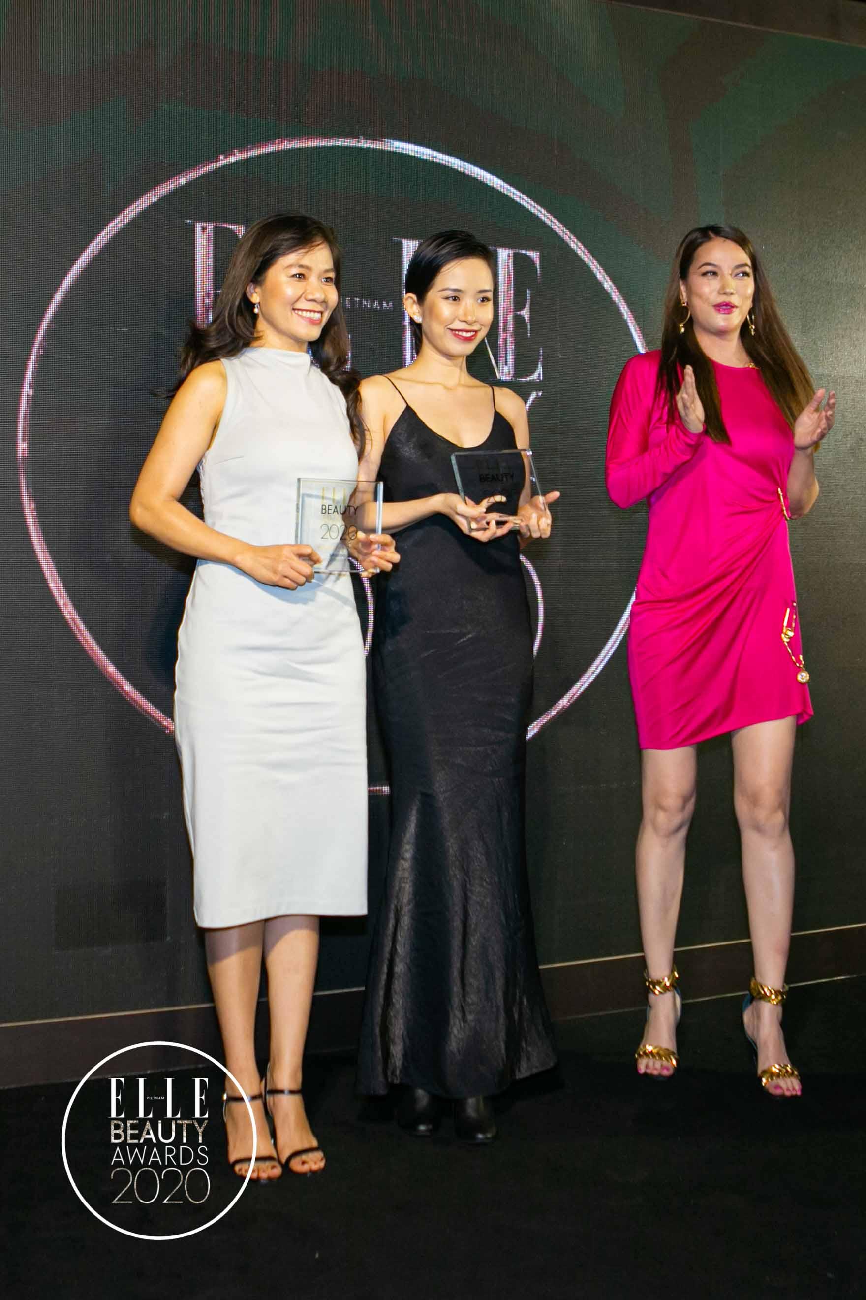 trương ngọc ánh trao giải tại elle beauty awards 2020 5