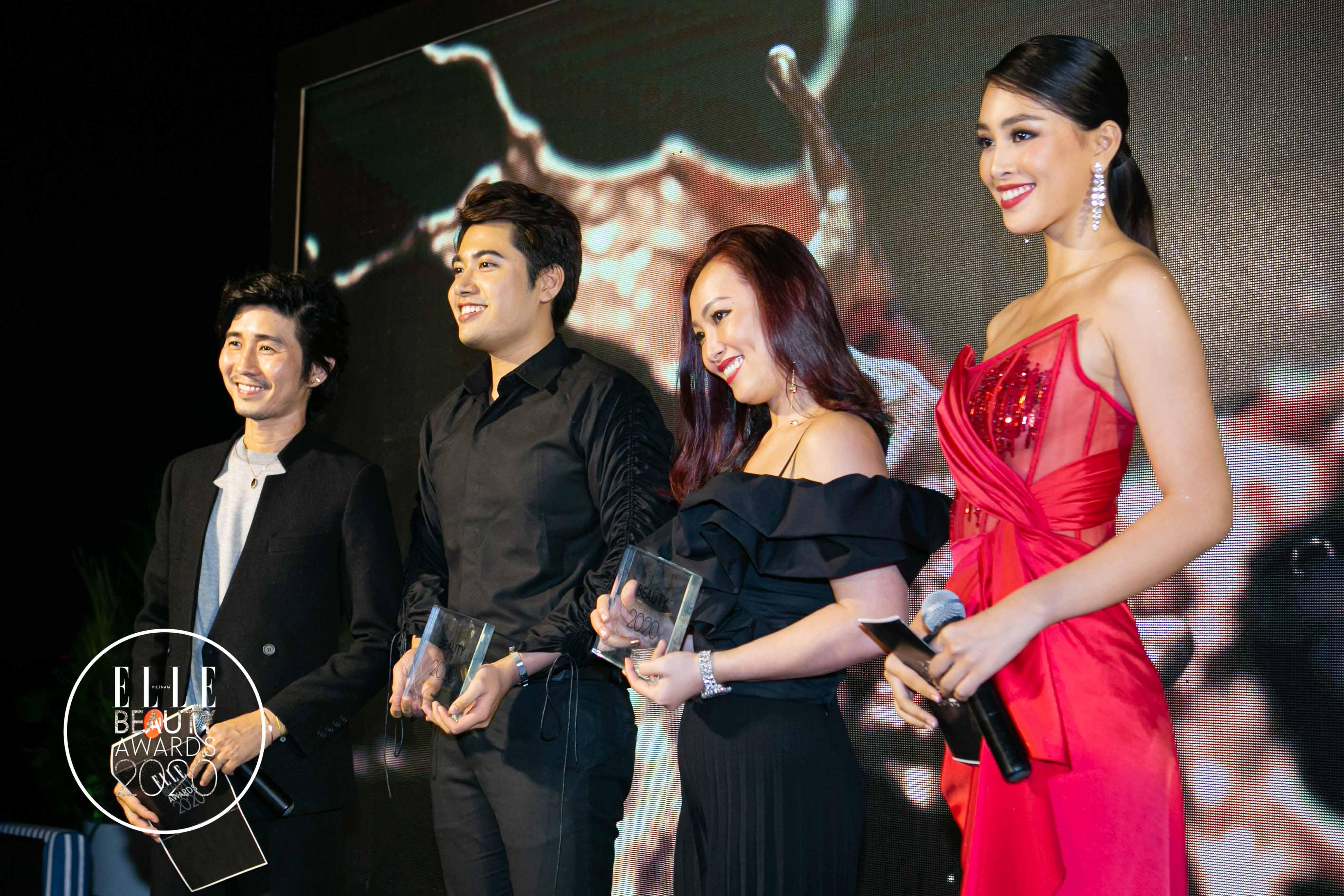 chuyên gia makeup tùng châu và hoa hậu tiểu vy trao giải 2