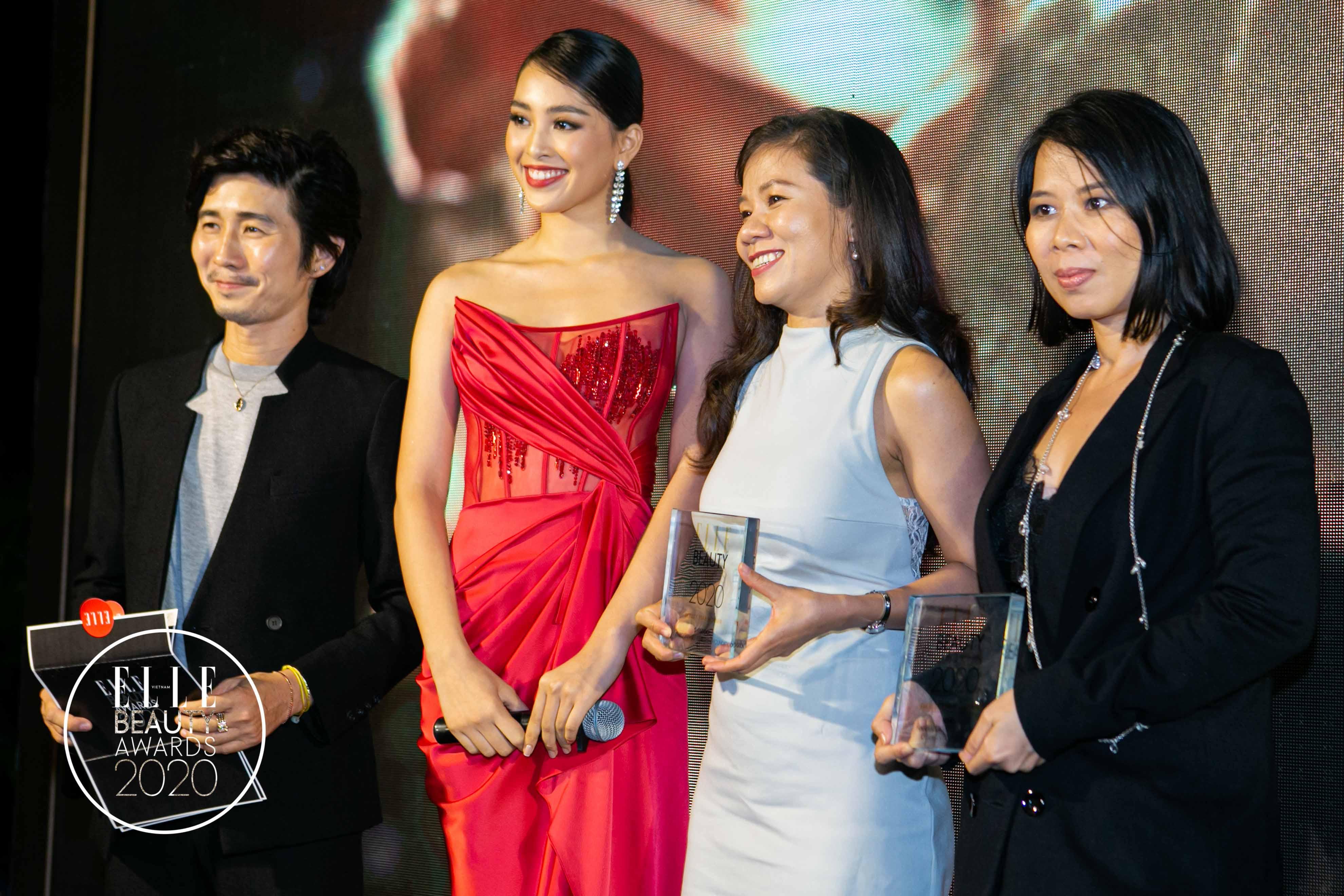 chuyên gia makeup tùng châu và hoa hậu tiểu vy trao giải