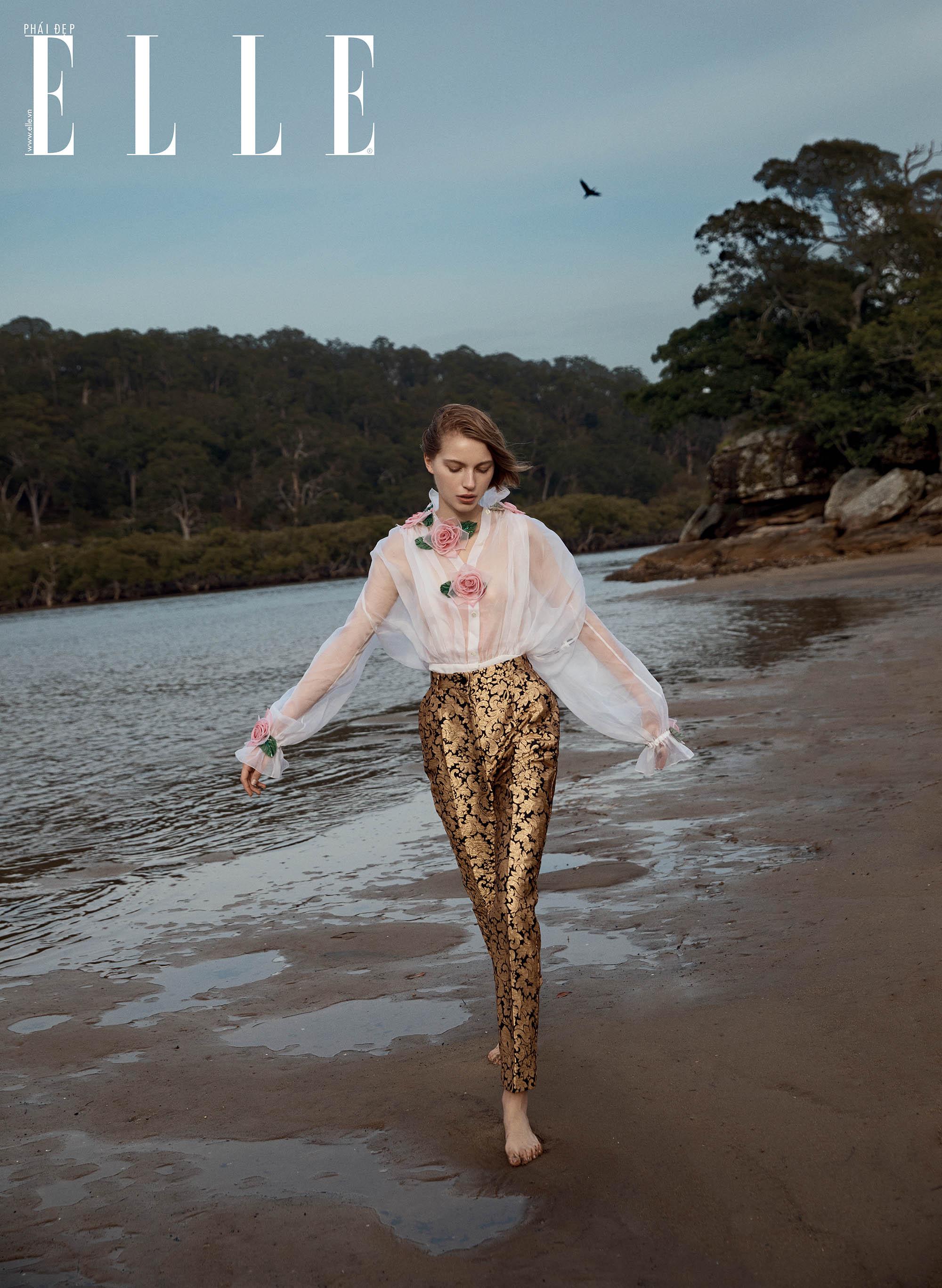 bộ ảnh cô gái mặc áo hoa đi dạo bên bờ cát