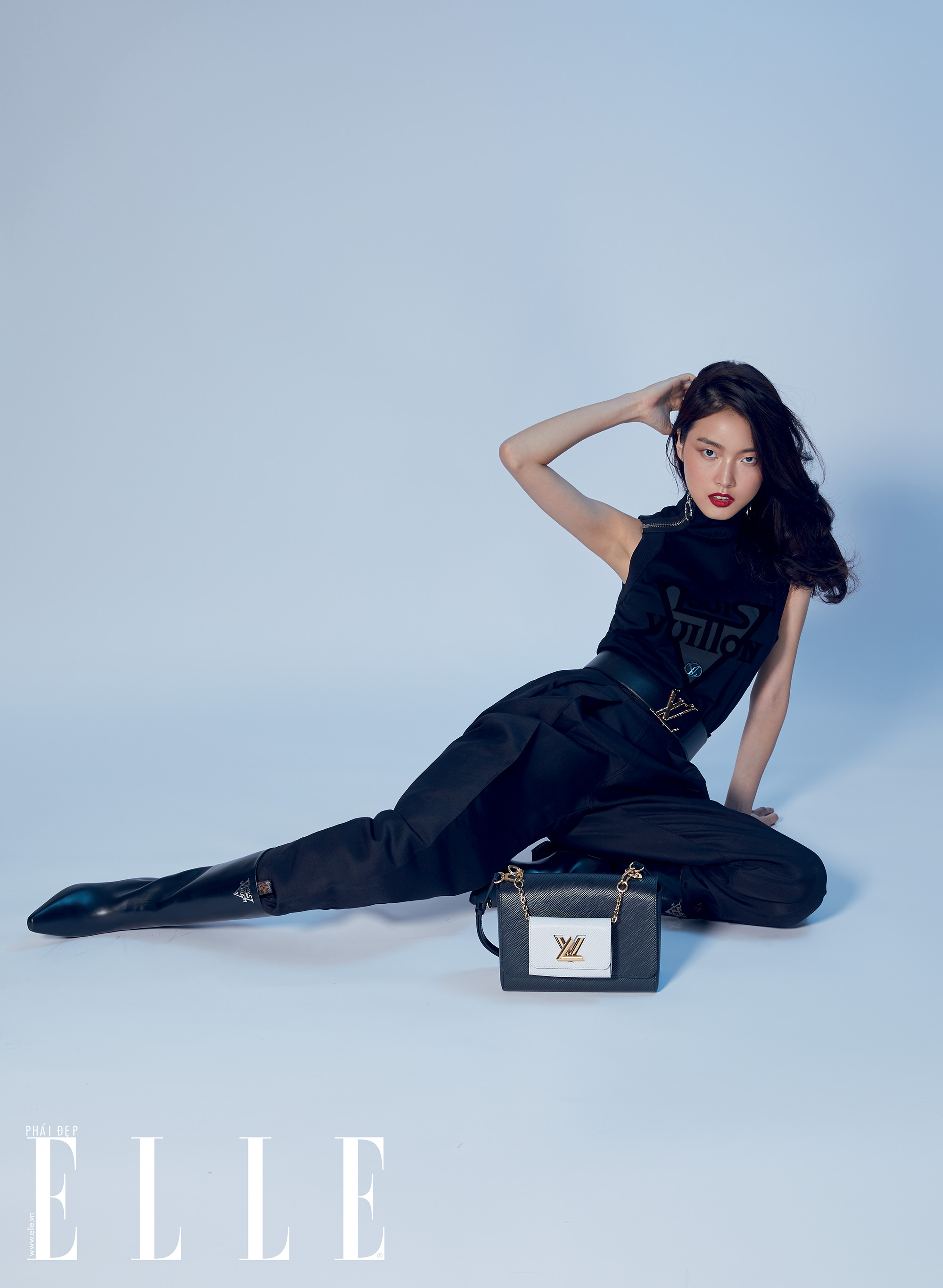 Louis Vuitton người mẫu ngồi trên tấm bạt màu xanh