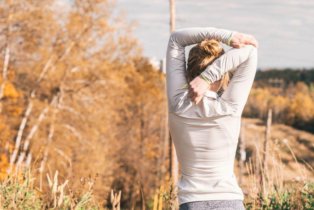 động tác thể dục tại chỗ tay chạm khuỷu