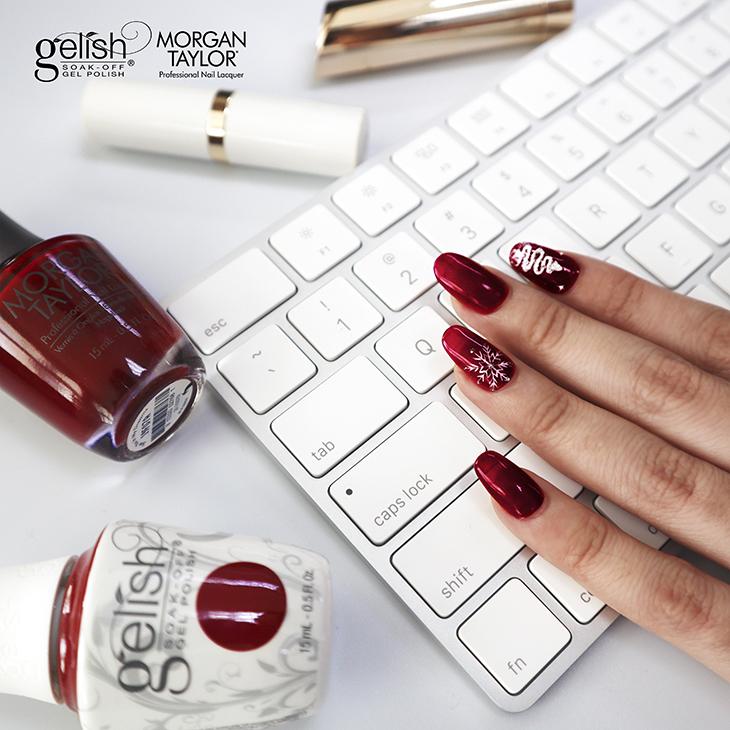 GMT móng tay đỏ trên bàn phím trắng