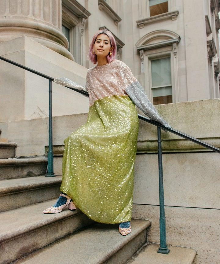 fashionista kết hợp đầm sequin và quần tất
