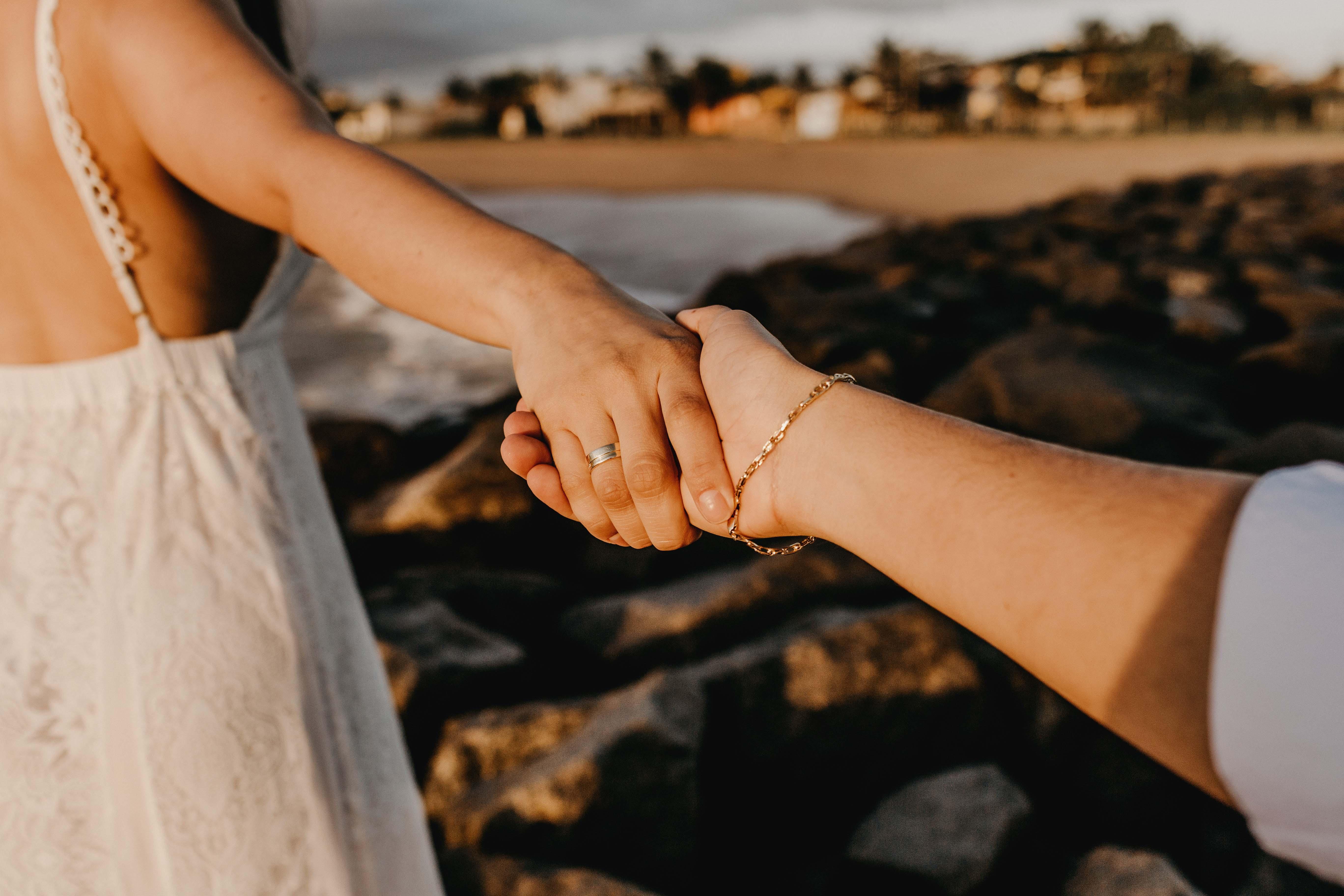 hai người đang nắm tay nhau