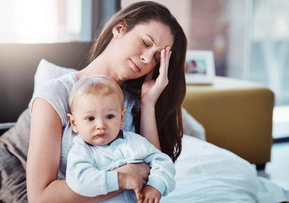 người mẹ đau đầu khi ẵm con