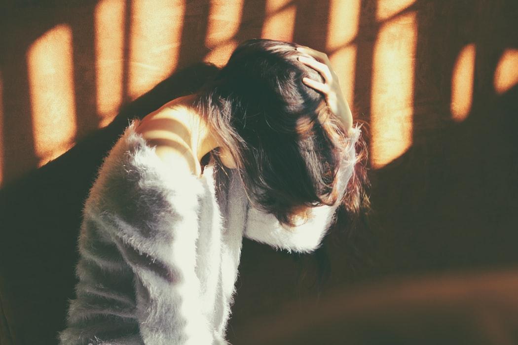 người phụ nữ đau đầu