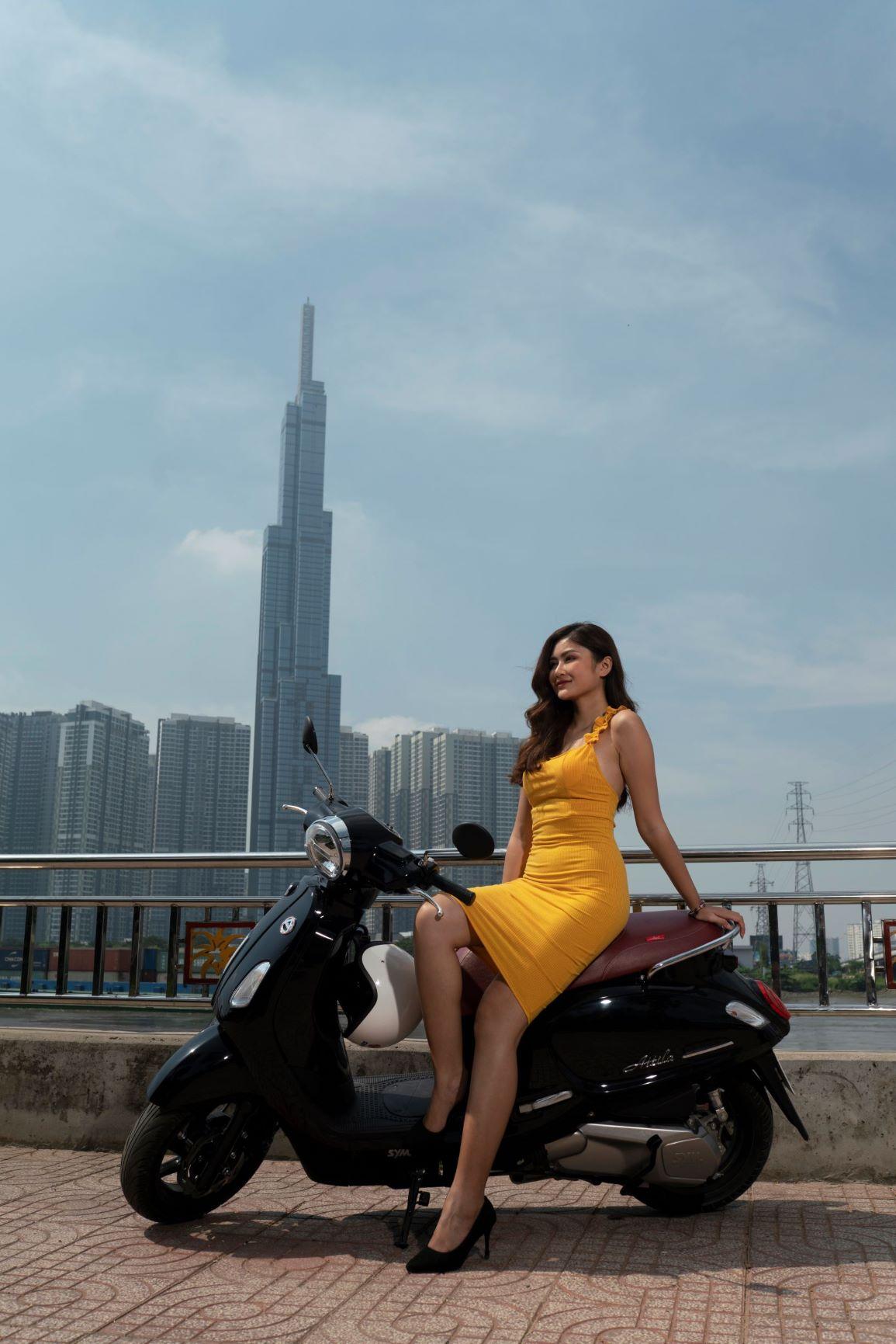 cô gái đứng trước tòa tháp