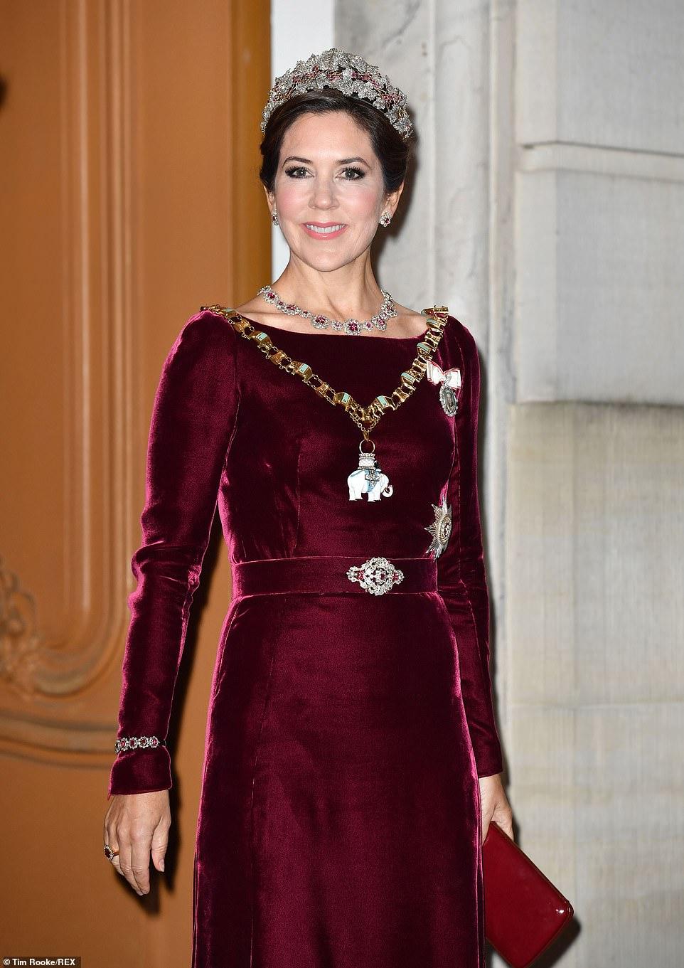 công nương mary diện lại váy đêm tiệc năm mới 2020