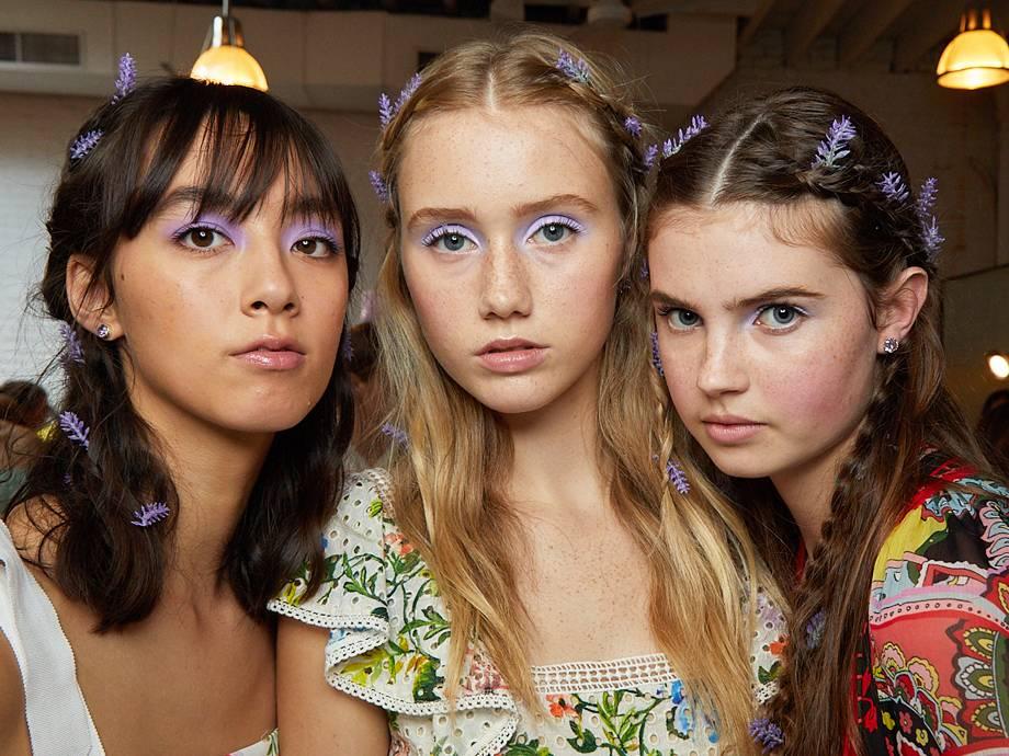 Phong cách trang điểm mắt màu pastel trong show diễn Xuân Hè 2020 của Alice + Olivia.