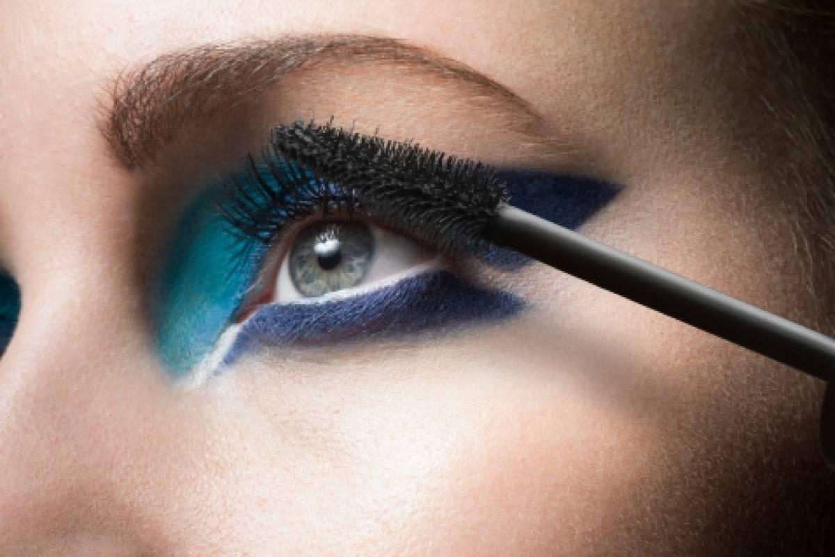Classic Blue-Cô gái chuốt mascara.
