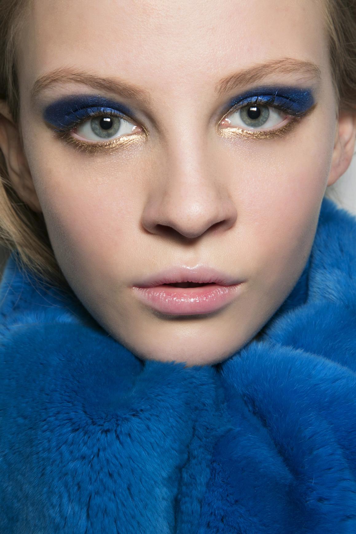 Classic Blue-Makeup tông xanh.