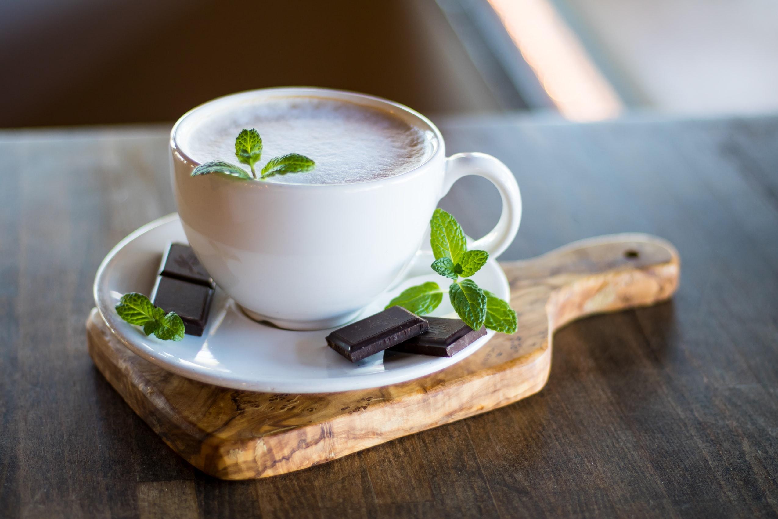 Thư giãn bằng cách nhâm nhi tách trà thảo mộc.