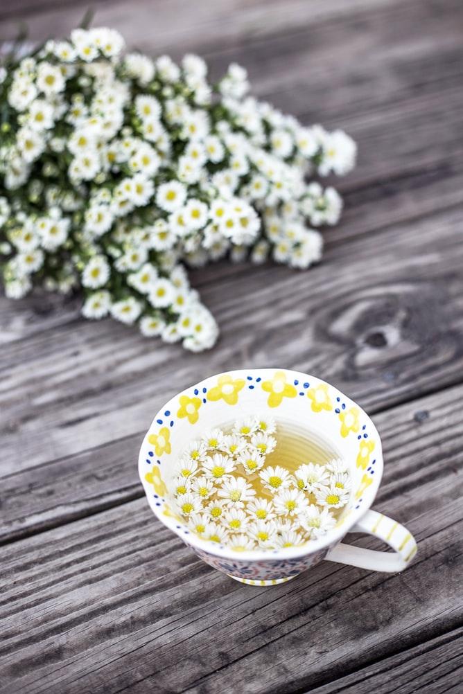 Trà hoa cúc - Trà thảo mộc giúp giảm căng thẳng.