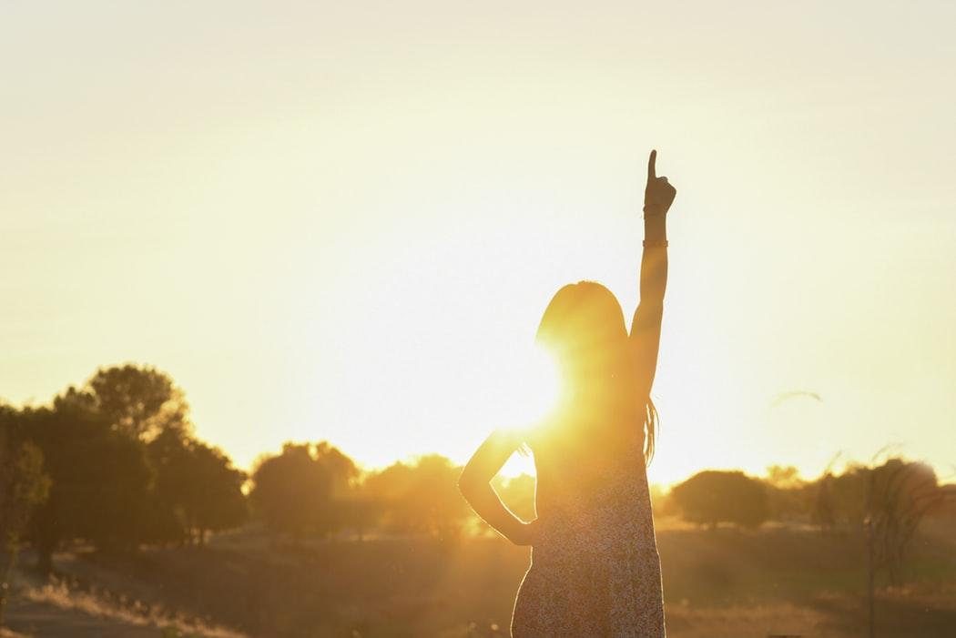 cô gái chỉ tay dưới ánh mặt trời