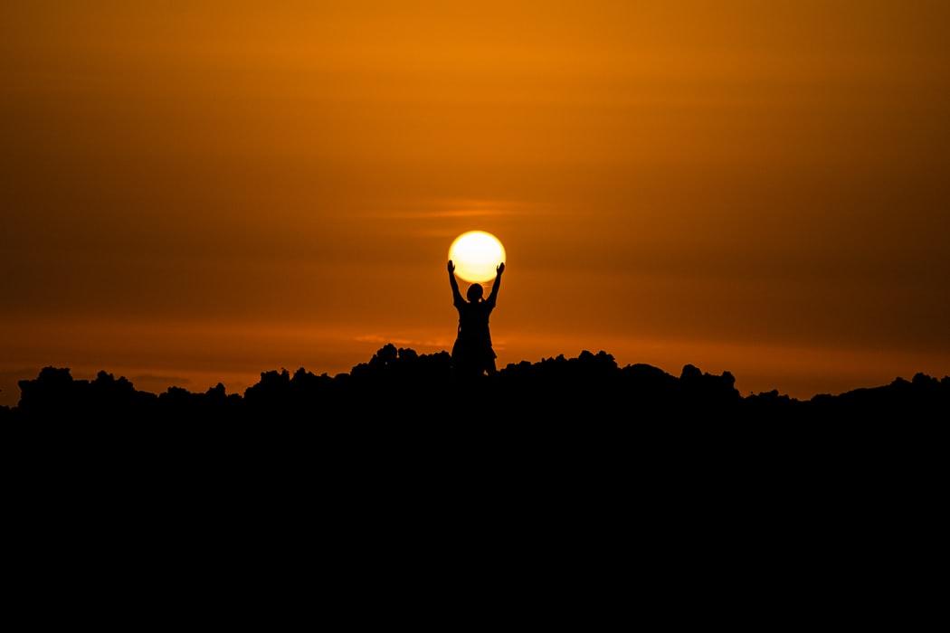 cô gái nâng bóng mặt trời