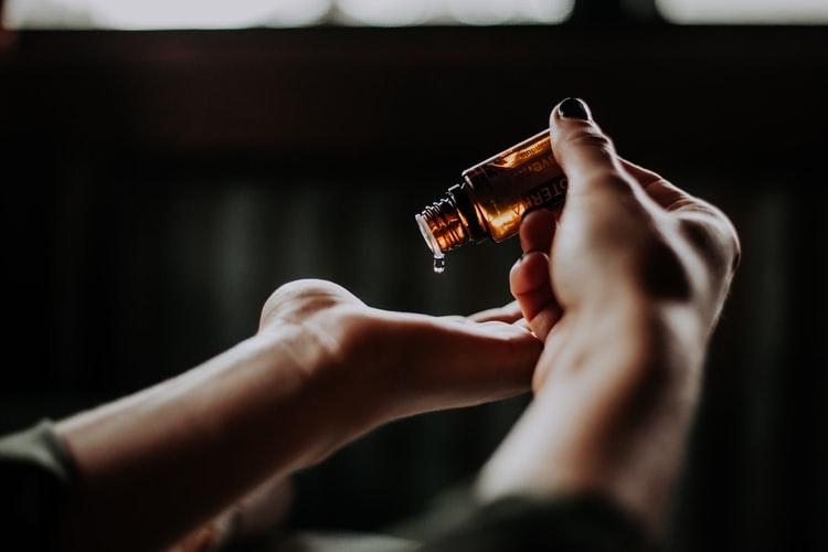 Dầu dưỡng da mặt-Nhỏ tinh dầu lên tay.