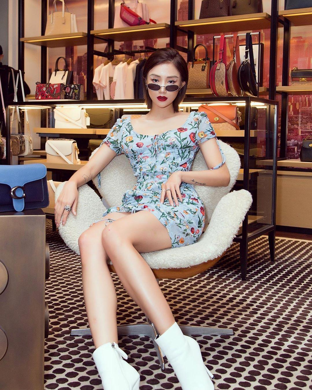 salim mặc đầm hoa và đeo kính râm