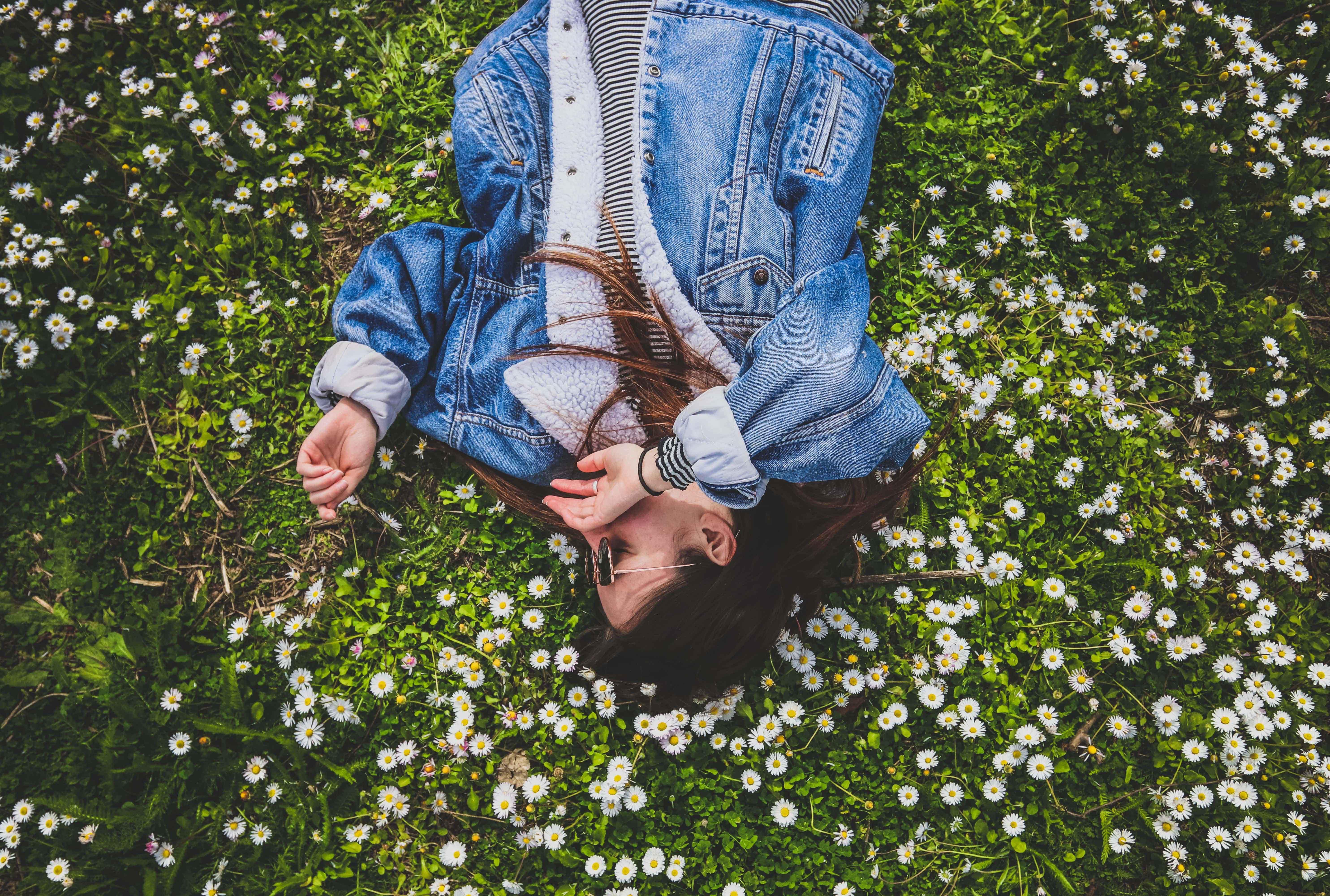 cô gái giữa cánh đồng hoa lối sống tối giản