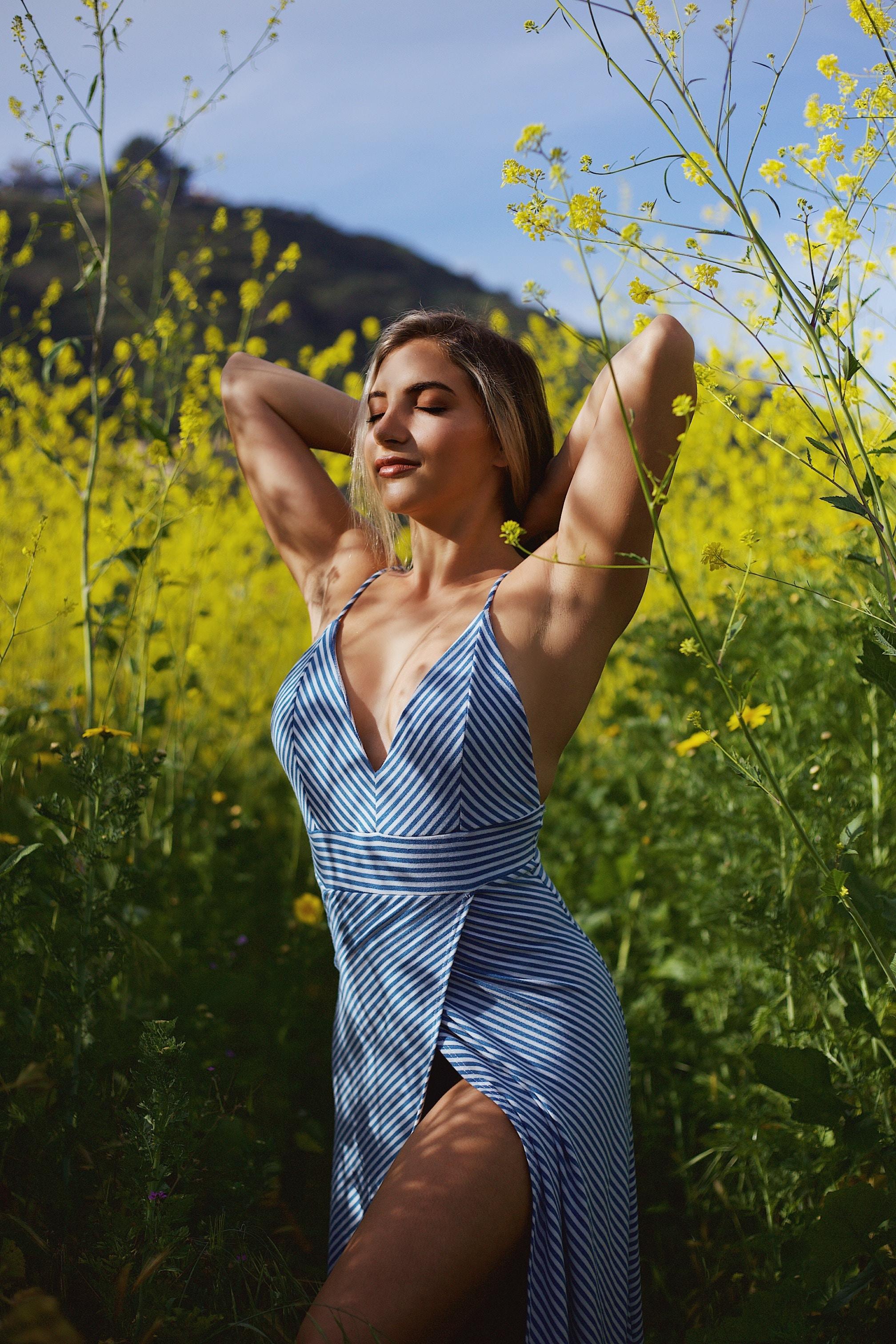 cô gái giữa vườn hoa cải lối sống tối giản