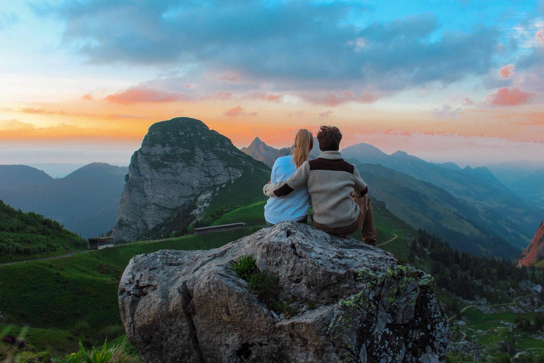 học cách yêu hình ảnh cặp đôi hôn nhau trước núi