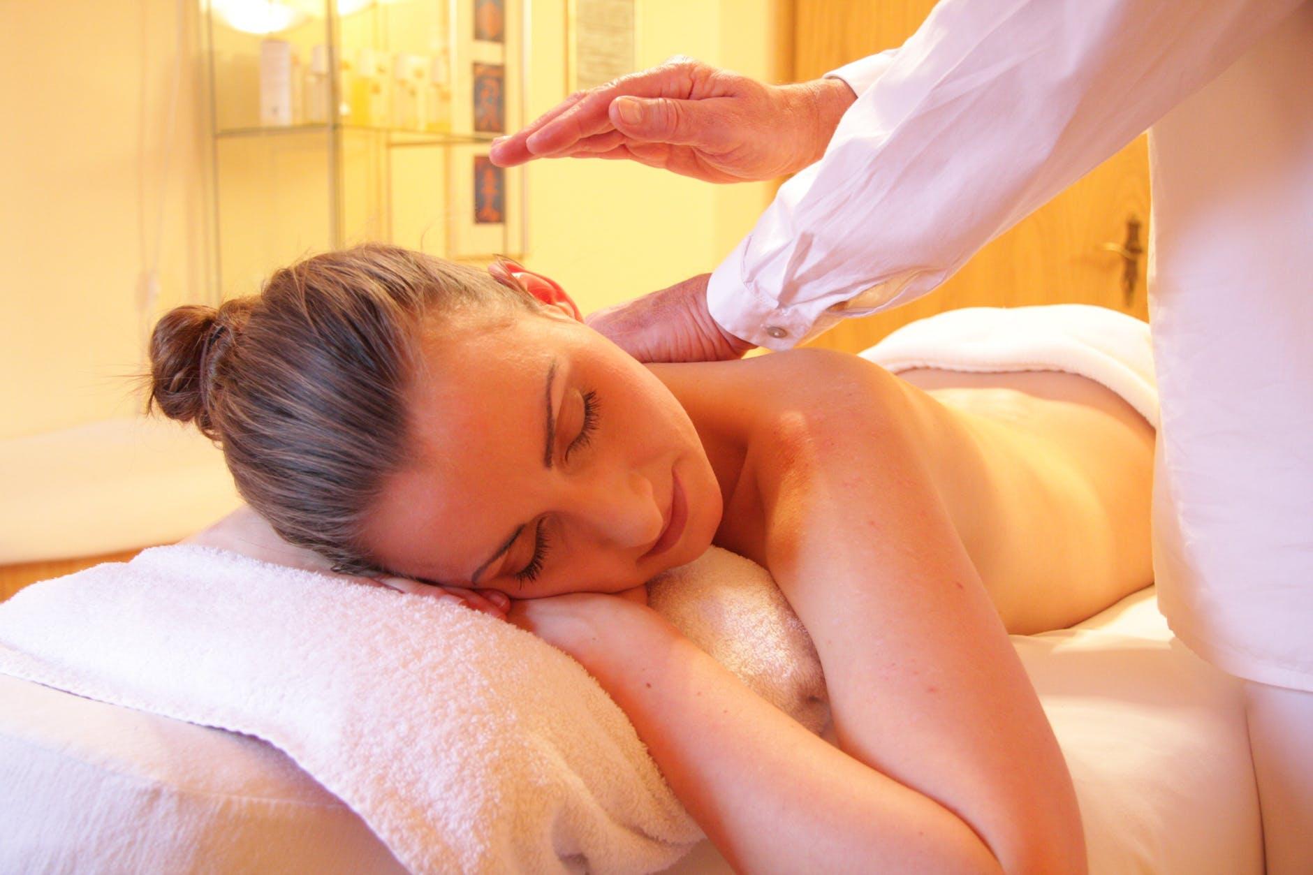 CBD-Cô gái đang massage.